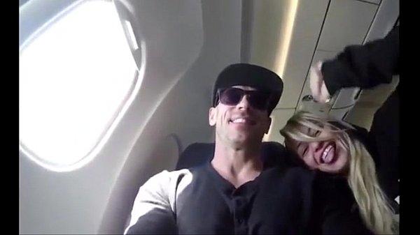 Namorada pagando boquete no avião
