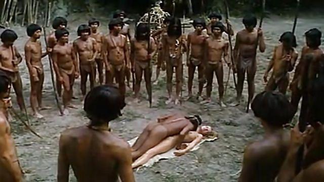 Loira sendo abusada na tribo indigena