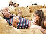 Velho recebendo boquete gostoso da novinha