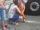 Chupando a buceta da safada no meio da rua