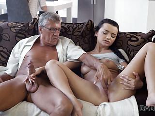Pai tocando siririca pra filha safada